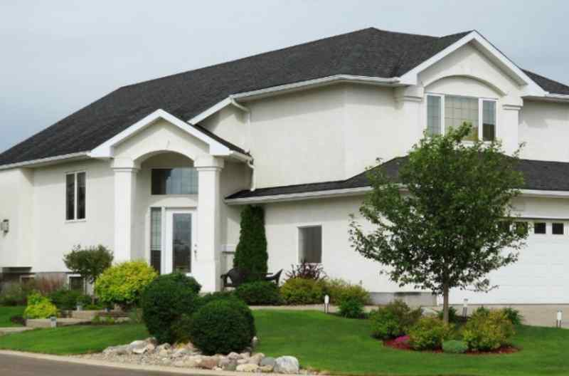 White stucco house and dark shingles make a nice contrasting roof and house color combination